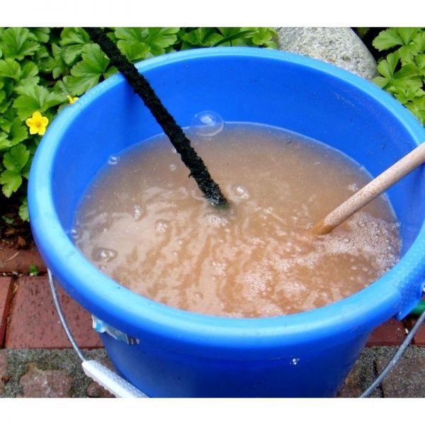 Die Aqua 5 Dry getrockneten braunen Teichbakterien müssen vor dem Einbringen in den Teich in einem Eimer Teichwasser aufbereitet werden